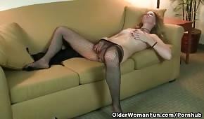 Dojrzała pani szaleje na kanapie