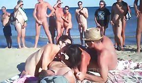 Igraszki na plaży z amatorkami