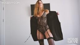 Blondynka w seksownym stroju