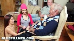 Dziadek zabawia się z wnuczkami