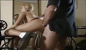 Laska w warkoczach lubi seks na stojaka