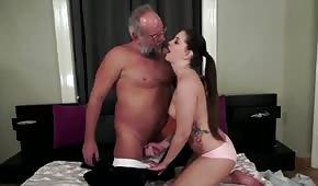 Starzec posuwa erotyczną wnuczkę