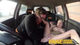 Seks w taksówce z blond lalunią