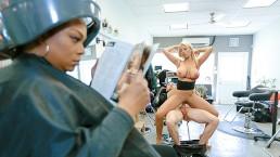 Seks z cycatą mamuśką w salonie fryzjerskim