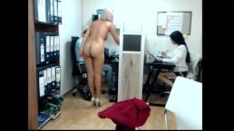 Silikonowa blondi w biurze