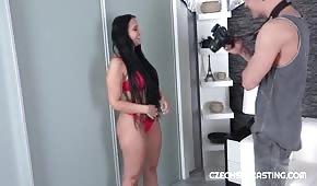Modelka dogadza fotografowi