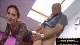 Seks na poddaszu ze zgrabną brunetką