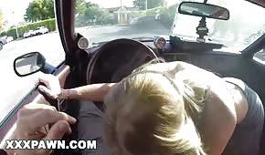Laska szarpie kutasa w samochodzie