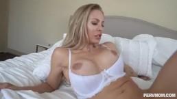 Sterczące piersi w białym staniku