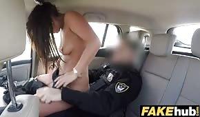Zgrabne laska ujeżdża policjanta