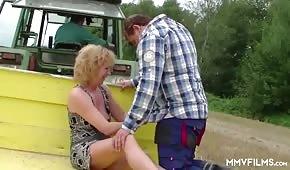Seks na wsi ze starą damą
