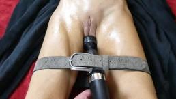 Wibrator przywiązany do cipki