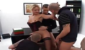 Ostre porno z niegrzeczną suczką na biurku