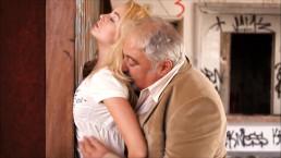 Dziadek posuwa blond laseczkę