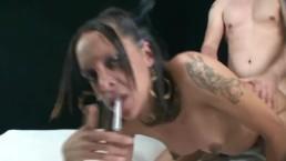 Lala w ciąży pali papierosa podczas seksu