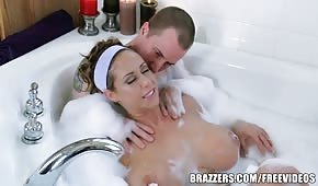 Porno mama trzepie kutasa stopami w łazience