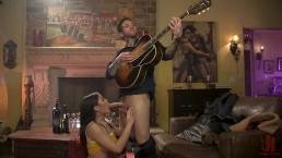 Zagrał dla seksownej Azjatki na gitarze