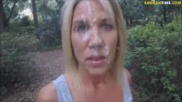Blondi przechadza się ze sperma na twarzy