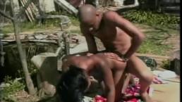 Seks przy stawie z murzynką