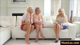 Trzy blondynki zabawiają się w salonie