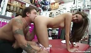 Seks w butiki ze zgrabną suczką