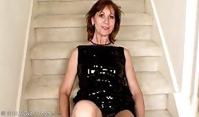Dojrzała babeczka palcuje się na schodach