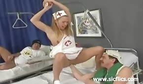 Pacjent zabawia się z pielęgniarką
