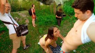 Igraszki z brunetką na trawie