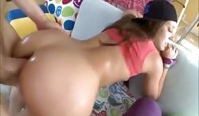 Studentka posuwana w analną dziurę