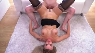 Seks na dywaniku z seksowną Rosjanką