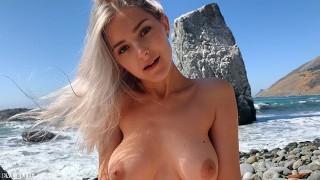 Seks nad oceanem z młodą blondi