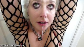 Cycata blondyna posuwana w usta