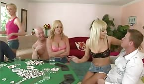 Grupowy seks podczas rozbieranego pokera