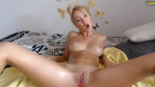 Naoliwione ciałko laluni na seks kamerce