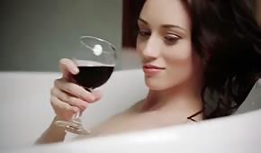 Lalunia masturbuje się podczas kąpieli