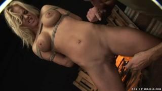 Związana Rosjanka uwielbia ostry seks