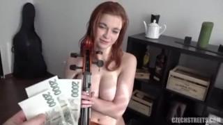 Zapłacił rudej artystce za seks
