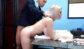 Szefowa kocha seks w godzinach pracy