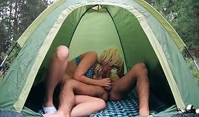 Seks w lesie z młodą blondynką
