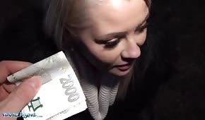 Płaci blondynce za słodki seks