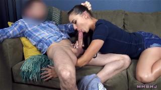 Wpycha fiuta w usta seksownej laseczki