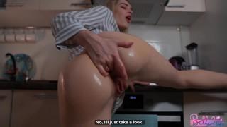 Ostry anal w kuchni z blond laseczką