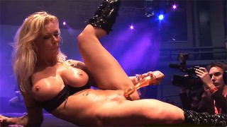 Seksowna blondyna masturbuje się na scenie