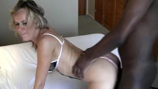 Wypięta blondi penetrowana przez czarnego fiuta