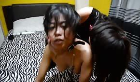 Niegrzeczna lesba posuwa Azjatkę