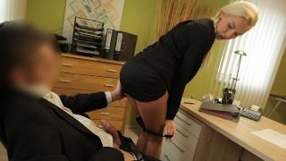 Seks z blond lalunią w biurze