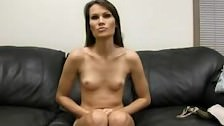 Seks casting na czarnej kanapie