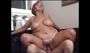 Dojrzała puszysta mamuśka przygniotła swojego kochanka