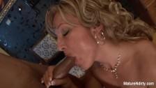 Dojrzała blondi ma fach w swoich ustach