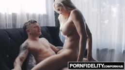Dobrze mu gdy może patrzeć na jej seksowny biust